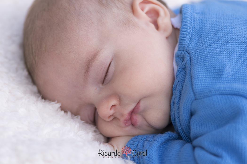 Un bebé alegre y simpático