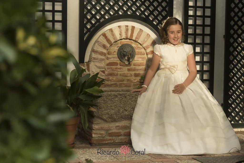 Reportaje de comunion de una niña alegre por Ricardo Coral