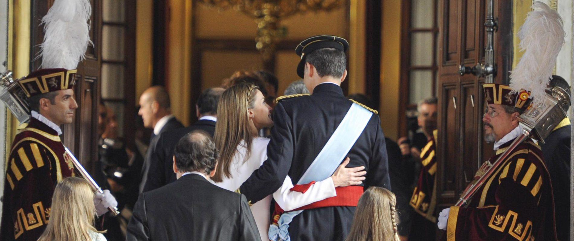 63. TU SERÁS MI REY. Los Reyes Felipe VI y Letizia se abrazan y se miran con cariño a la entrada del Congreso de los Diputados antes de la proclamación como Reyes de España.